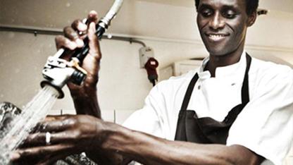 Dünyaca ünlü Noma restoranında 13 yıldır bulaşıkçılık yapan Gambiyalı Ali Sonko, restoranın ortağı oldu.