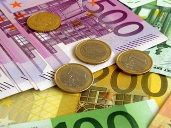 Euro'dan yeni zirve, dolar rekor düzeye yaklaştı