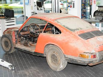 Üretiminden tam 50 yıl sonra bir ahırda tesadüfen bulunan Porsche 911, orjinal parçalarla resdtore edilerek hayata döndü. İşte efsanenin hikayesi ve değişimi....