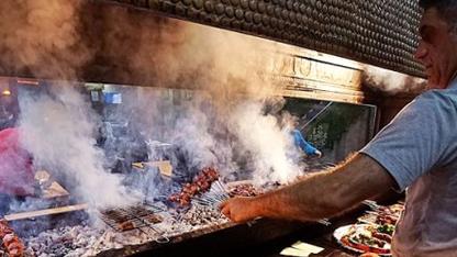 """Güneydoğu'da """"fakir kebabı"""" olarak nitelendirilen ciğer kebabına talep arttı. Bölgede günlük yaklaşık 15 ton ciğer, kebap olarak tüketiliyor."""