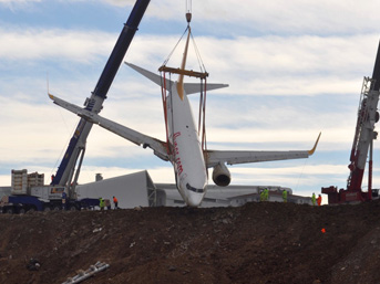 Trabzon Havalimanı'nda 13 Ocak'ta inişten hemen sonra pistten çıkıp denize metreler kala çamura saplanan uçak, uzun süren uğraşlarla bulunduğu yerden çıkarıldı. Vatandaşların merakla takip ettiği kurtarmanın maliyeti 600 bin TL'yi buldu.