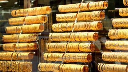 """Gram altın 162,6 lira, çeyrek altın 267 lira, Cumhuriyet altını 1.088 liradan işlem görüyor. Reel Kapital Araştırma Müdür Yardımcısı Erkan, """"Dolar kuru 3,75'in altına geçmezse veya altının onsu 1.350 doların üzerinde kalmaya devam ederse gram altın minimum 163 lira, maksimum ise 170 -171 lirayı görebilir"""" dedi."""