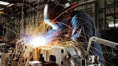 Sanayi üretimi ocakta bir önceki yılın aynı ayına göre yüzde 12 artarken, bir önceki aya göre yüzde 0,8 geriledi.