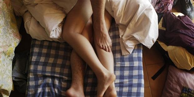 девушки целуют друг другу ножки фото