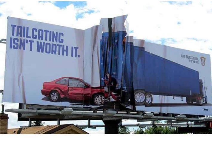 Trafik kazalarına dikkat çeken afişler