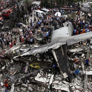 Endonezya'ya askeri uçak düştü