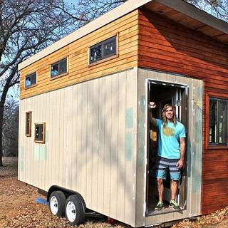 Yurt ücreti vermemek için kendi evini yaptı