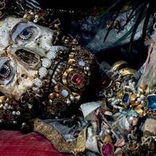 Mücevherlerle gömülü bulunan iskeletler