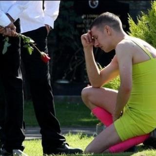 Cenazeye kadın elbisesiyle geldi