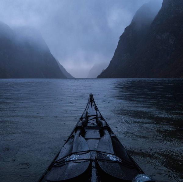 Kanoyla gezen bir adamın perspektifinden muhteşem Norveç
