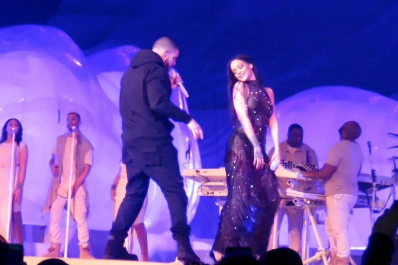 Rihanna sahnede bildiğiniz gibi