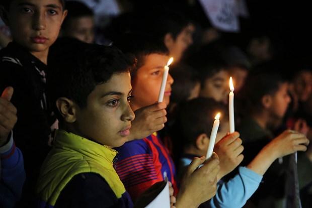 """Gazzeli çocuklardan """"mum yakma"""" eylemi"""