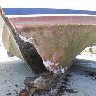 Tıra yüklenmek istenen yolcu teknesi vinçten düştü