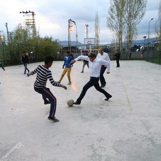 Başbakan Davutoğlu çocuklarla futbol oynadı