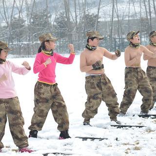 Çinli çocuklar karda çıplak eğitimle asker oluyor