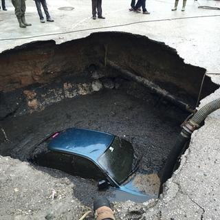 Park halindeki otomobil çukura düştü