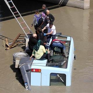Amasya'da minibüs ırmağa uçtu: 14 yaralı