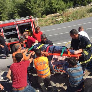 Kamyon sürücüsü sıkıştığı yerden 2 saatte çıkartıldı