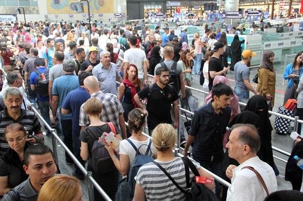 Bayram dönüşü havalimanında gurbetçi yoğunluğu