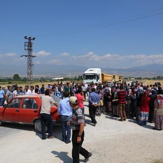 Bolu'da köylülerden yol kapatma eylemi