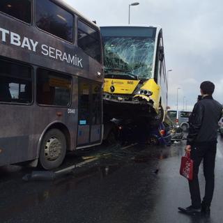 Acıbadem'deki metrobüs kazasından ilk görüntüler