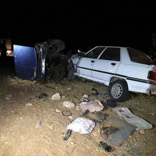 Otomobil ikiye bölündü: 12 yaralı