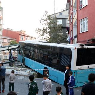 Halk otobüsü çocuk parkına girdi