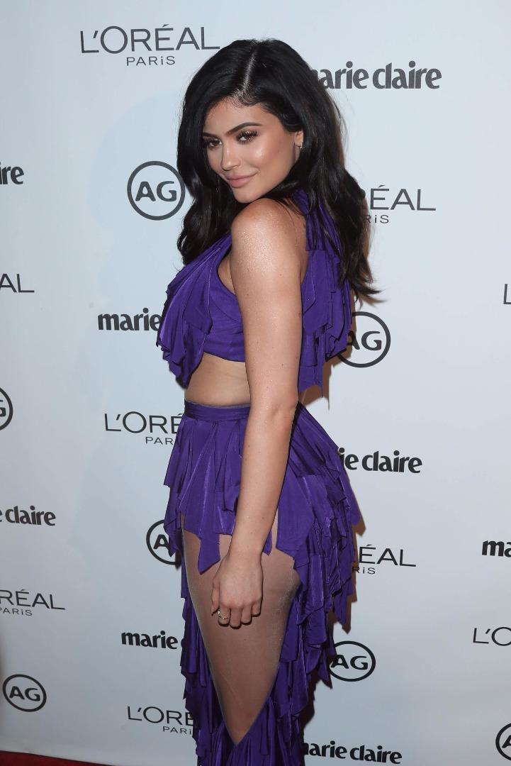 Kylie Jenner mor elbisesiyle geceye damga vurdu