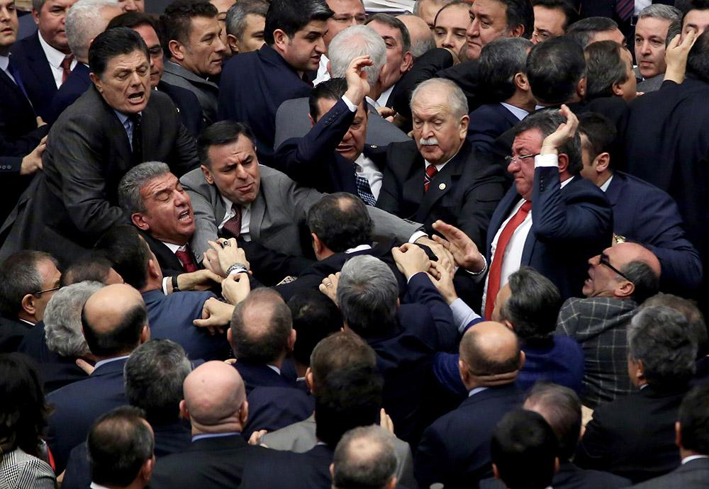 Meclis'te tekmeli yumruklu kavga