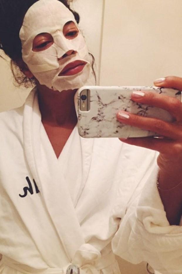 Ünlülerin güzellik maskeli selfie'leri