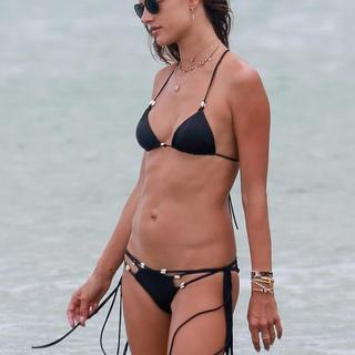 Alessandra Ambrosio plajı kasıp kavurdu
