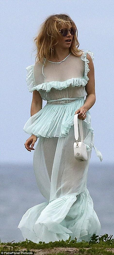 Suki Waterhouse sütyen giymeyince...