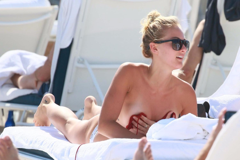 Selena Weber bikinisini bağlayamayınca...