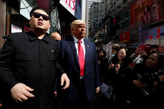 Trump ve Kim metroda sarmaş dolaş! İnanılmaz!