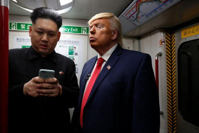 Trump ve Kim metroda sarmaş dolaş!İnanılmaz!