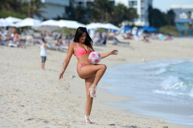Claudia Romani topuklu ayakkabı ile futbol yeteneklerini gösterdi
