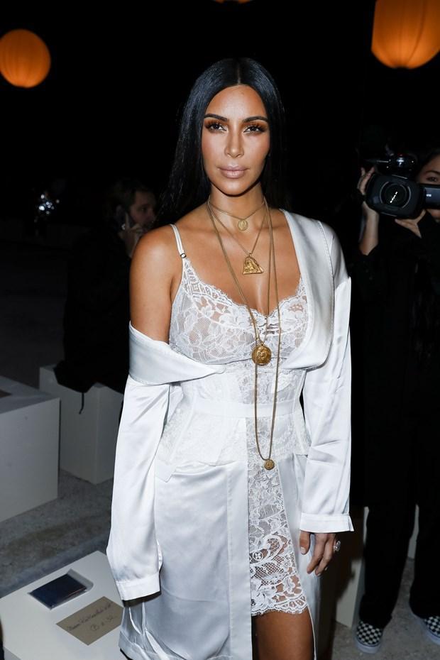 Kim Kardashian'dan halkalı tırnak modası