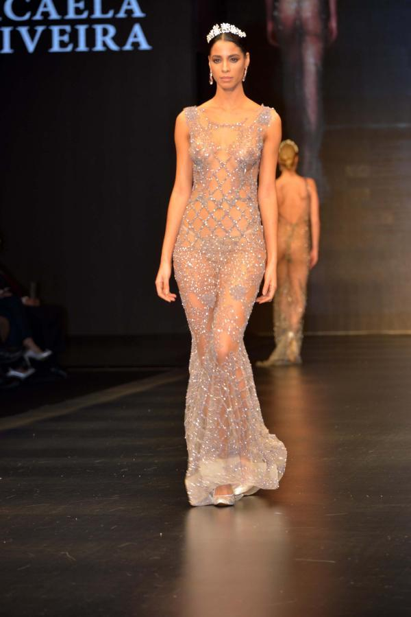 Moda şovuna transparan gelinlik damgası