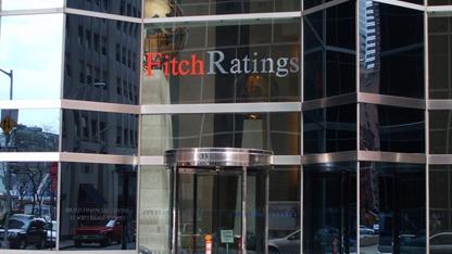 Uluslararası kredi derecelendirme kuruluşu Fitch Ratings, 15 Türk bankasının yerel para biriminden uzun vadeli kredi notlarını birer kademe düşürdü.