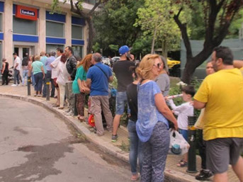 ATM'den para çekmek için saatlerce bekliyorlar