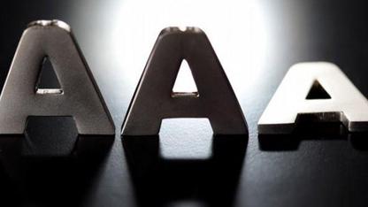 """Uluslararası kredi derecelendirme kuruluşu Standard & Poor's (S&P), İngiltere'nin kredi notunu """"AAA"""" seviyesinden """"AA""""ya düşürdüğünü bildirdi."""
