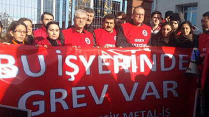 DİSK'e bağlı Birleşik Metal-İş Sendikası, 10'u Kocaeli'de bulunan Türkiye genelinde 10 ildeki 22 fabrikada 2 gün önce başlattığı grevin ertelenmesi kararına itiraz etti.