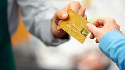 Bankalar kredi kartı üzerinden verilen otomatik ödemelerden ücret kesmeye başladılar.