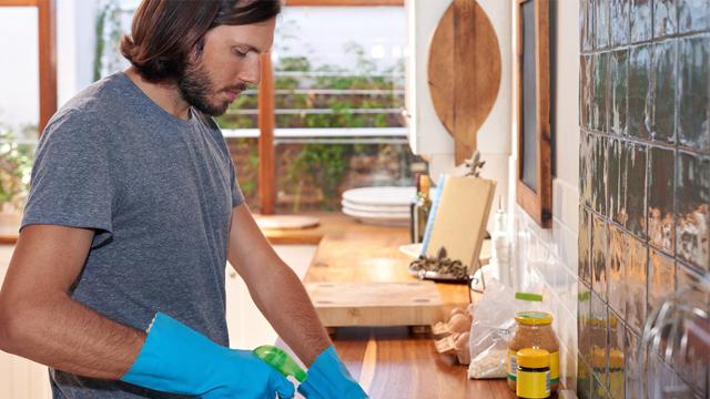 Ev işlerini yaparken partnerinize de zaman ayırabileceğiniz 6 özel durum