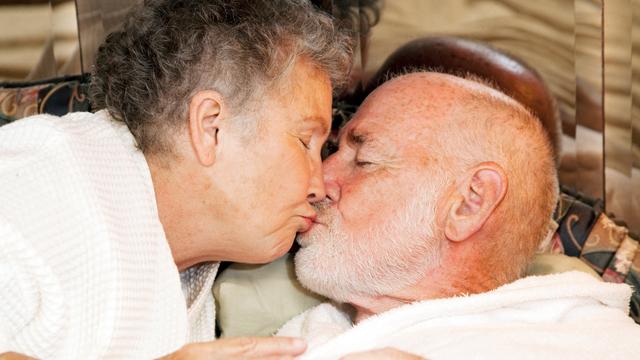 Yaşlılıkta seks kadına iyi geliyor, erkeğe yaramıyor!