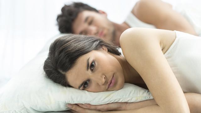 Kadınlar erkeklerden daha mutsuz uyanıyor!