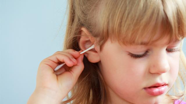 Pamuklu çubukla kulaklarınızı hep yanlış temizlediniz!