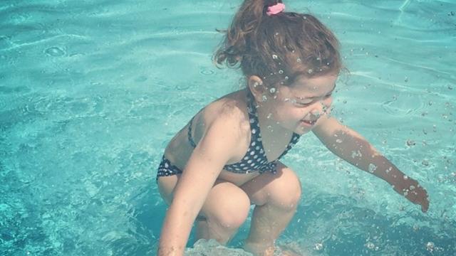 Küçük kız suyun içinde mi dışında mı?