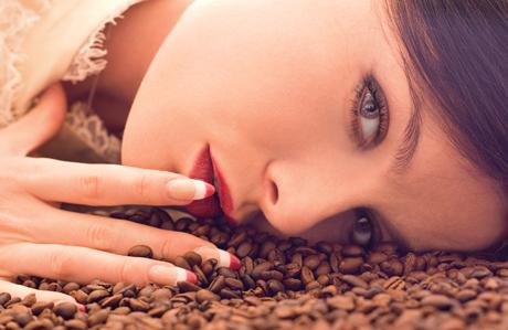 Güzelleşmek için kahveyi kullanmanın 3 yolu