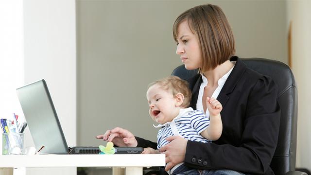 Çalışan anne kendini yetersiz hissediyor
